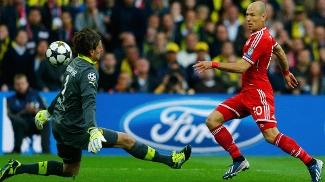 Robben fica cara a cara com o goleiro, mas desperdiça
