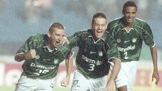 Galeano, Argel e Luis Cláudio  em jogo do Palmeiras na Libertadores de 2000
