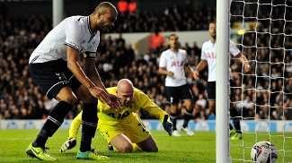 Friedel vacilou e fez gol contra, mas se redimiu e ajudou o Tottenham a se classificar