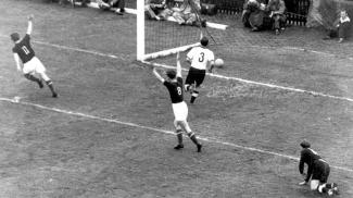 Czibor (11) e Kocsis (8) celebram um dos gols da máquina húngara na final