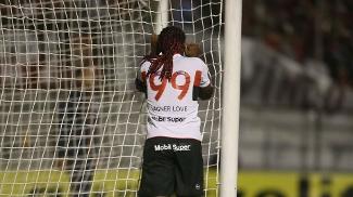 Vagner Love não acredita que perdeu gol