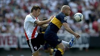 Botinelli e Santiago Silva em ação no clássico River x Boca