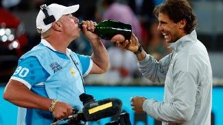 Rafael Nadal dá champanhe para o câmera