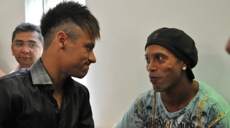 Neymar e Ronaldinho conversam antes da entrega do Prêmio Bola de Prata 2012