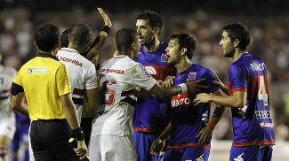 Jogadores de Tigre e São Paulo começaram briga em campo