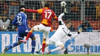 Burak Yilmaz abriu o placar da partida com um golaço