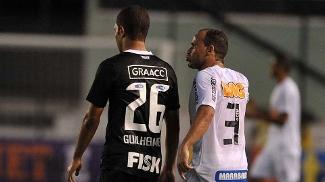 Léo, do Santos, discute com lateral Guilherme Andrade, do Corinthians