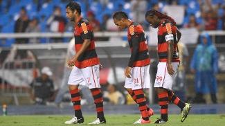 Ibson, Liedson e Vagner Love durante empate do Flamengo no Engenhão