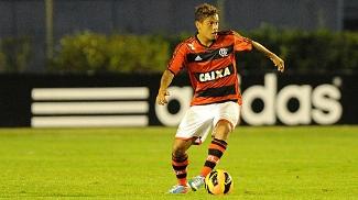 Carlos Eduardo, do Flamengo, em ação contra a Ponte Preta