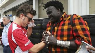 Alonso dá autógrafo para o senegalês Mokko em Interlagos