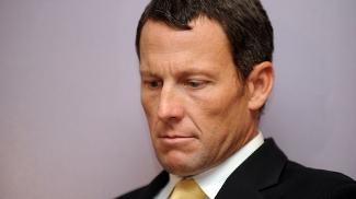 Ciclista Lance Armstrong, cabisbaixo em entrevista coletiva