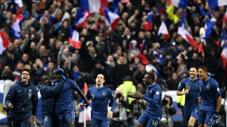 Jogadores da França comemoram o terceiro gol contra a Ucrânia