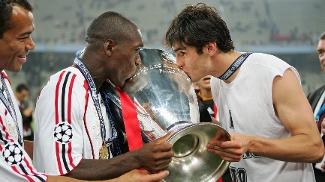 Seedorf, na Champions de 2007. com Kaká e Cafu