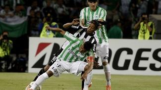 Ronaldinho é ensanduichado por Mejía e Bernal, do Atlético Nacional