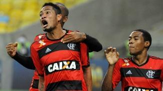 Hernane vibra com um dos gols diantes do Vitória, no Maracanã