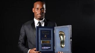 Drogba recebe o Golden Foot 2013