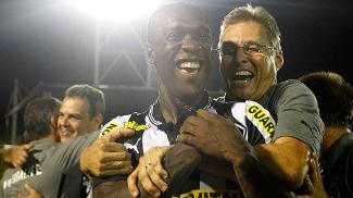 Oswaldo de Oliveira abraça Seedorf após o título carioca do Botafogo