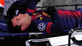 Cena rara: Messi deixa gramado no carrinho da maca