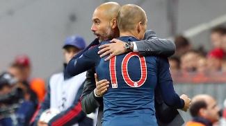 Robben abraça Guardiola: herói da última Champions começou bem