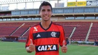 Lucas Mugni posa com a camisa do Flamengo na Argentina