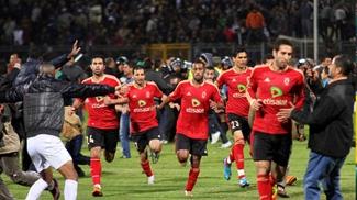 Jogadores do Al Ahly fogem do campo na tragédia de Port Said