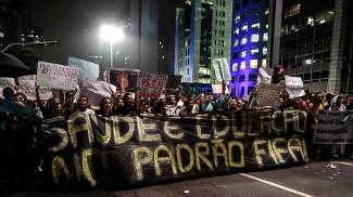 Manifestantes nas ruas pedem 'padrão Fifa' em escolas e hospitais