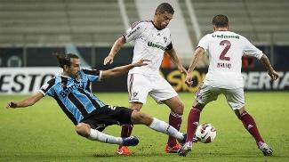 O argentino Barcos duela com Edinho e Bruno, do Flu
