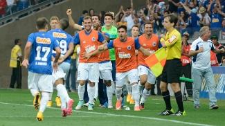 Alisson celebra com os jogadores do banco seu gol no clássico