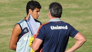 Michael conversa com o técnico Abel Braga em treino do Fluminense
