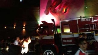 Imagens via Facebook do carro de bombeiros chegando ao local do incêndio