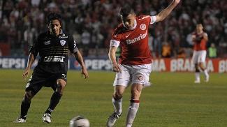 D'Alessandro em ação pelo Internacional contra o Figueirense