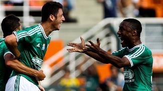 Felipe Menezes (E), jogador do Palmeiras, comemora seu gol durante partida contra Boa Esporte, válida pela trigésima sexta rodada da Série B