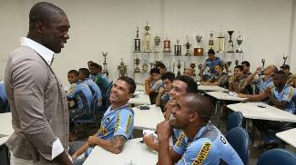 Seedorf conversa com jogadores do Botafogo em sua despedida