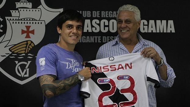 Na chegada ao Vasco, Fagner recebeu a camisa 23 das mãos do presidente Roberto Dinamite