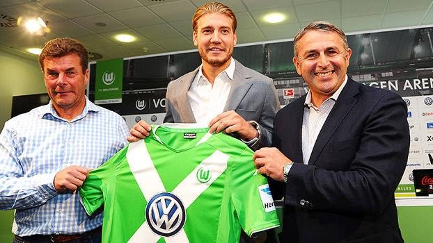 Nicklas Bendtner foi apresentado como novo atacante do Wolfsburg