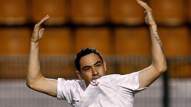 Chicão morde o símbolo do Corinthians e comemora gol com sua marca registrada