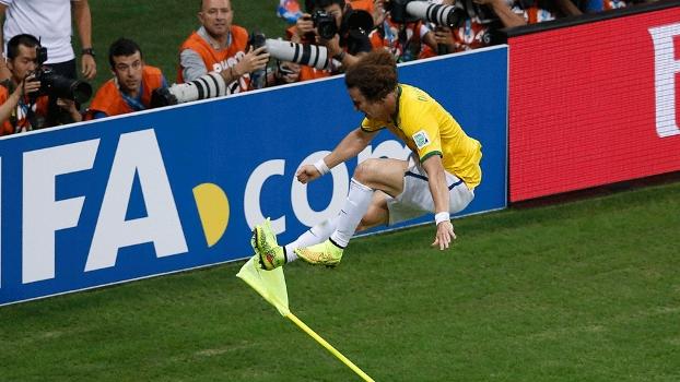 David Luiz deu voadora na bandeirinha de escanteio: mais gols de zagueiros