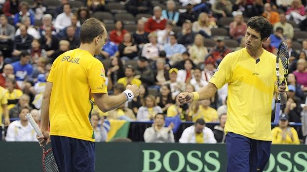 Marcelo Melo e Bruno Soares vencem nas duplas e deixam Brasil vivo na Copa Davis