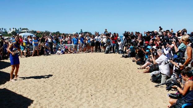Fotógrafos e curiosos disputam espaço para tirar uma foto de Na Li