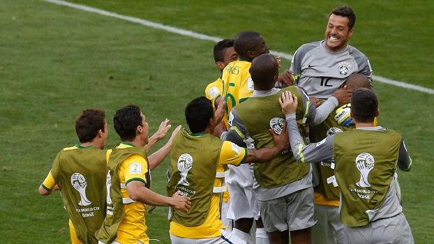 Júlio César foi levantado por companheiros após garantir a classificação do Brasil contra o Chile