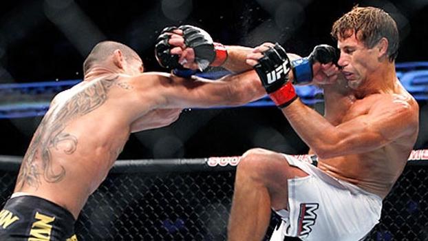 Renan Barão acerta um soco em Urijah Faber durante o UFC 149