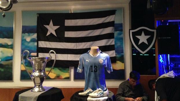 Taça do Estadual-2010 e camisa do Uruguai estiveram na homenagem