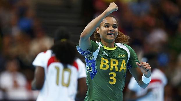 Alexandra comemora gol marcado contra Angola no handebol feminino