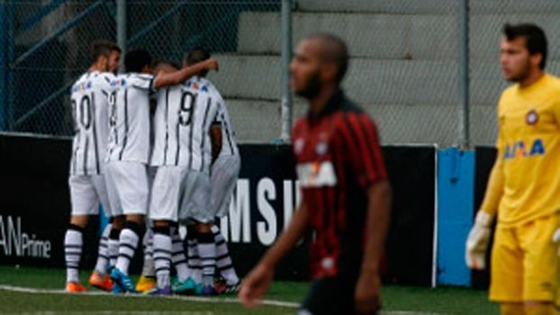 Jogadores do Corinthians comemoram gol do título brasileiro sub-20 sobre o Atlético-PR