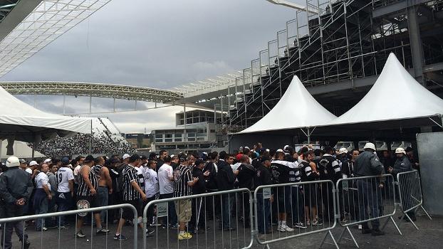 Com a barreira para limitar a entrada aos arredores, torcedores se atrasaram para o jogo