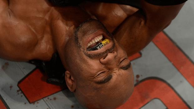 Anderson Silva no chão, sentindo a dor de uma derrota da forma mais improvável: ele merece um adeus mais digno