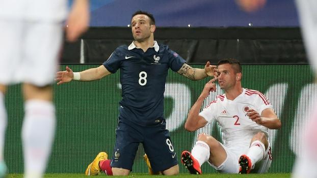 Valbuena gesticula durante o empate entre França e Albânia