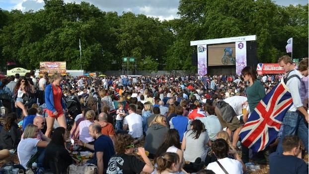 Torcedores britânicos lotaram telão no Hyde Park para assistir às provas de ciclismo em Londres