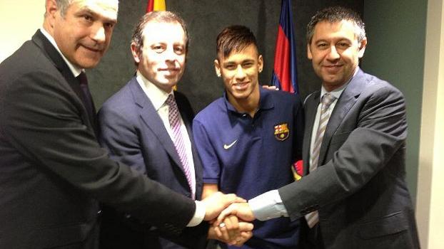 Contrato assinado com o Barça: o diretor Zubizarreta, o presidente Rossell, Neymar e o vice Bartomeu