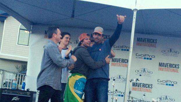 Alex abraça o campeão. Os finalistas decidiram dividir a premiação